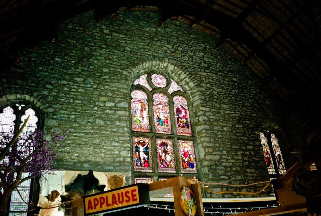 Eine alte Kirche die in dem moment ein Markt war.